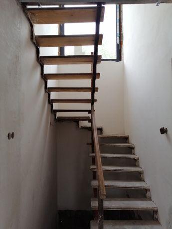Schody wewnetrzne wiszace konstrukcja stalowa, loft