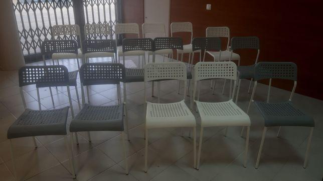 Cadeiras IKEA brancas e cinzas