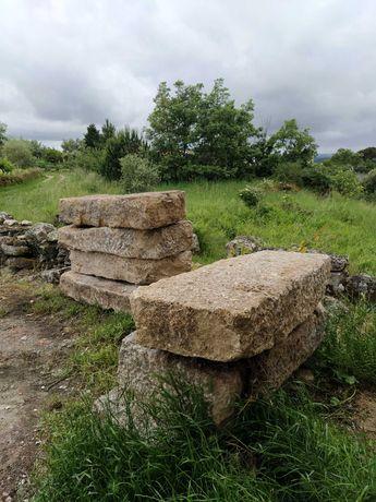 Pedras de granito antigas aparelhadas.