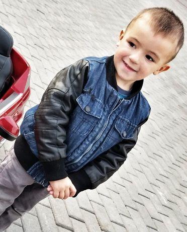 Модная куртка джинсовая с кожаными рукавами.