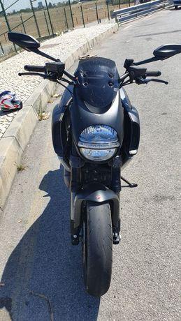 Ducati Diavel 1200, 162CV.