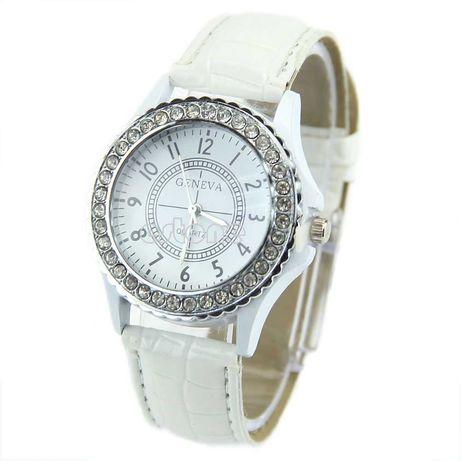 Наручные часы Geneva с камешками белые
