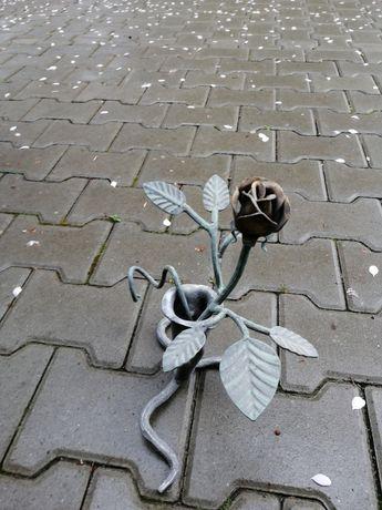 Róża metalowa w wazonie