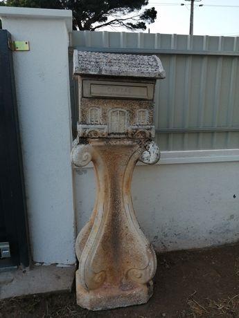 Caixa de correio em cimento com pedestral