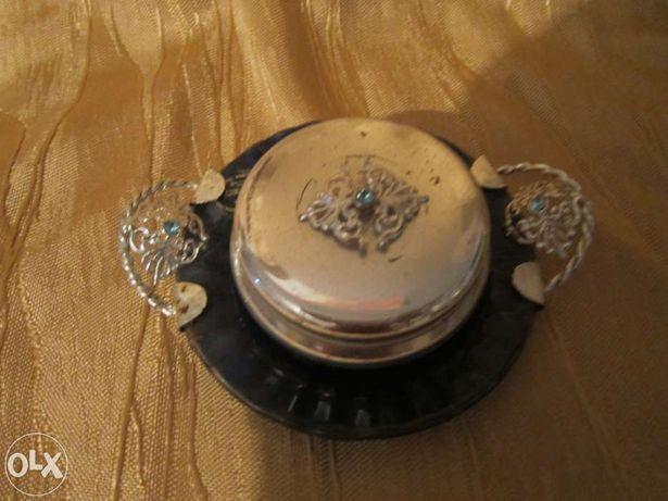 Taça prateada com tampa e prato em vidro azul com asas prateadas