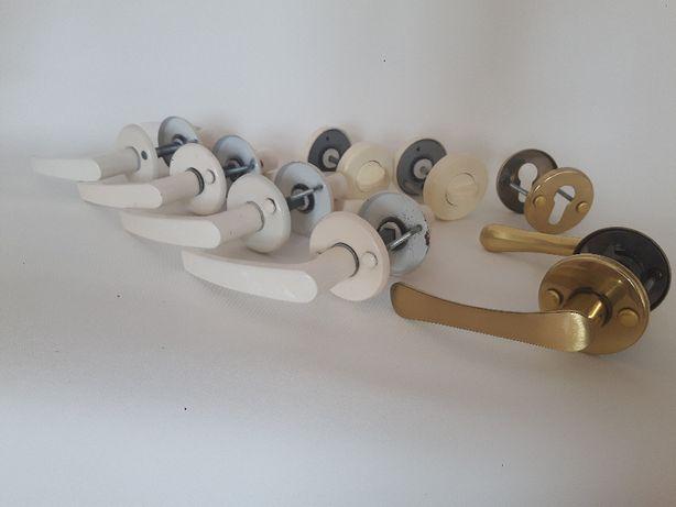 Komplet 5 par klamek, 1 szyldu do zamka oraz 2 zamków łazienkowych.