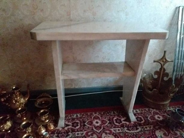 Stół z białego marmuru