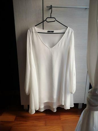 Biała sukienka z wycięciem