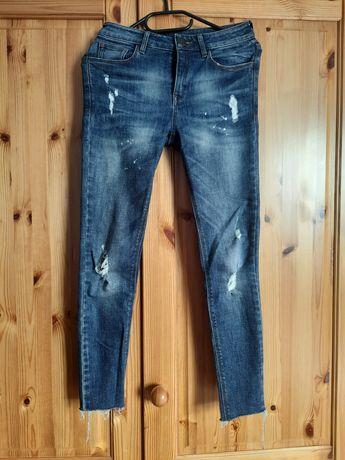 Spodnie dżinsy z dziurami