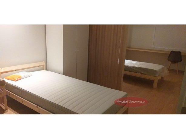 Quarto com 2 camas de solteiro e Wc privado.