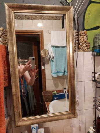 Szafka z lustrem łazienkowa w złotej ramie