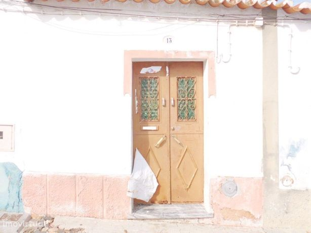 Moradia localizada em Baleizão para recuperar com logradouro