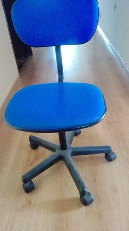 Niebieskie krzesło obrotowe - jak nowe