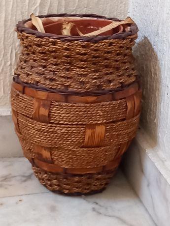 Vasos em cerâmica, com trabalho em corda no revestimento