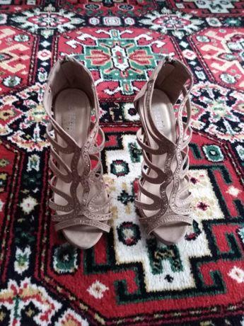 Szpilki sandałkowe