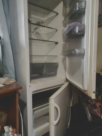 Продам холодильник снайге двух камерный морозильная камера нижняя