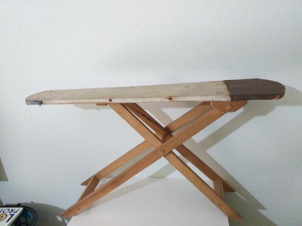 Antiga e rara tábua de engomar de pequeno tamanho toda em madeira