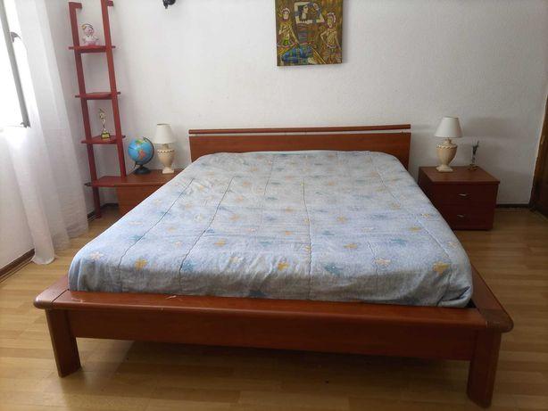 conjunto cama e mesas de cabeceira