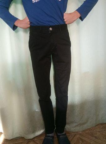 Классные черные брюки на парня