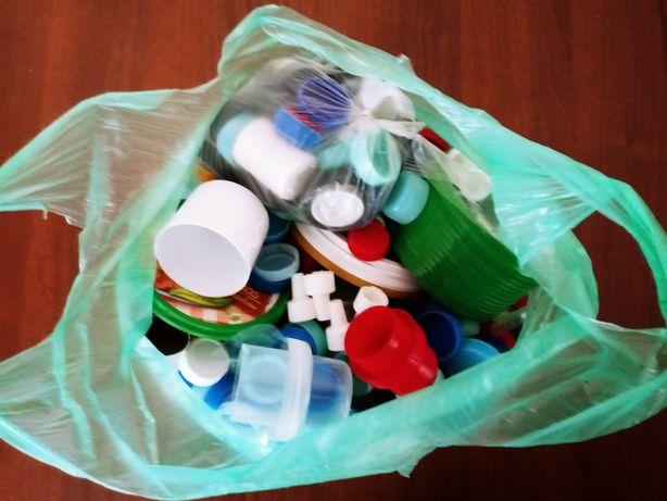 Nakrętki plastikowe.