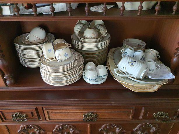 Vários serviços de porcelana