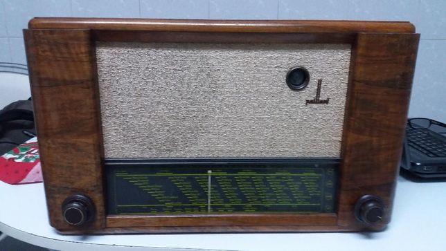 Rádio antigo para decoração.