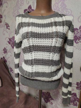 Нежный свитерок белого цвета в серую полоску от Terranova, р-р S