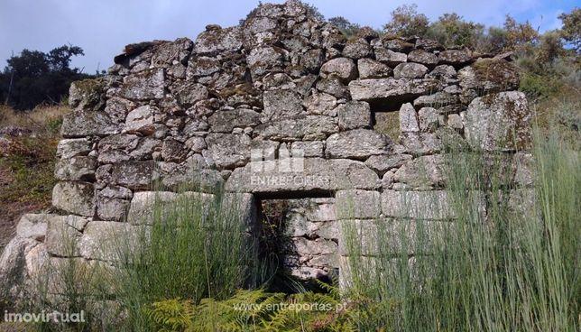 Venda de Terreno com construção em Pedra, Valadares, Baião