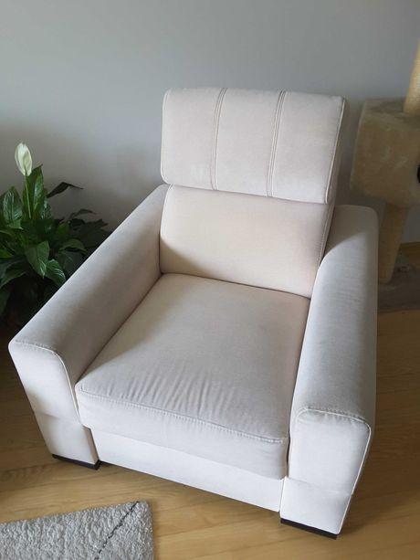 Fotel tapicerowany kremowy/beżowy, regulowany zagłówek