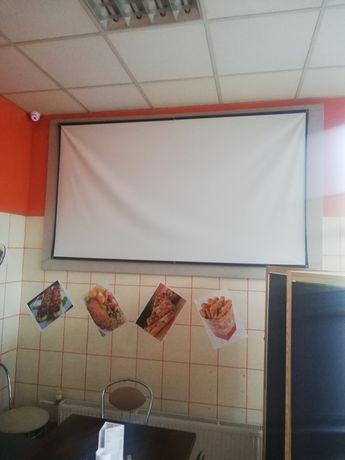 Projektor i ekran