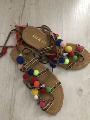 Sandalki bogo pompony