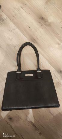 Czarną torebkę z kieszonką boczną