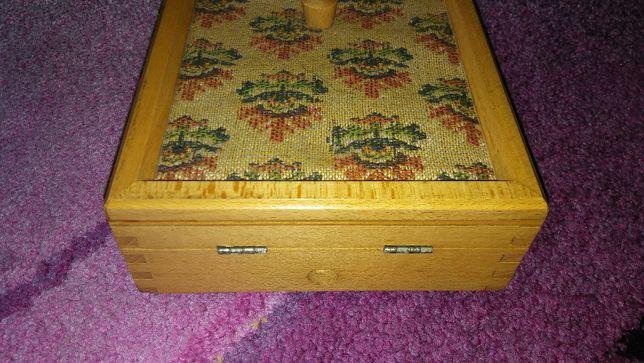 Skrzynia, skrzynka skrzyneczka (pudło, pudełko)drewniana na biżuterię