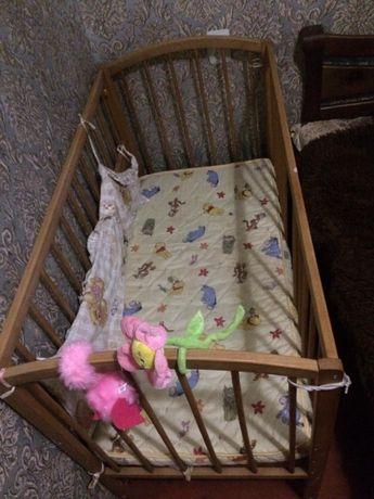 Деревянная детская кроватка с полочкой для белья