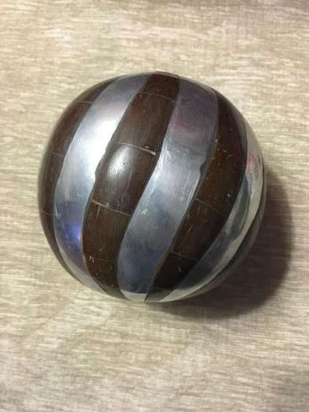Bola decorativa madeira e metal