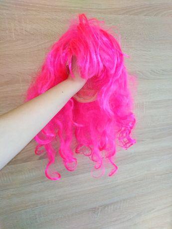 Różowa peruka na głowę