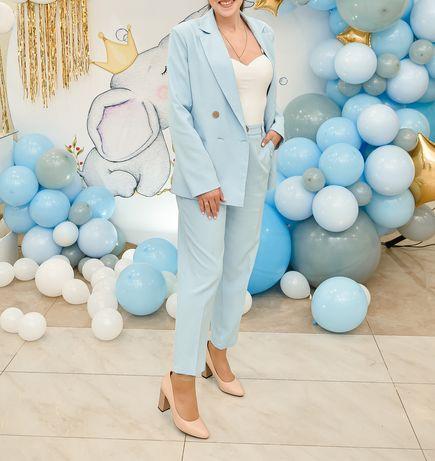 Крутой костюм небесно голубого цвета