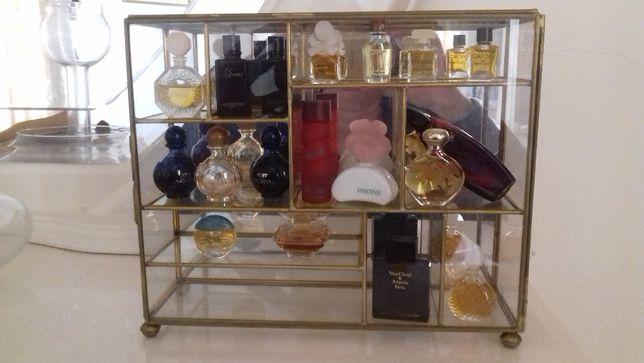 Expositor em vidro com 8 miniaturas de perfume
