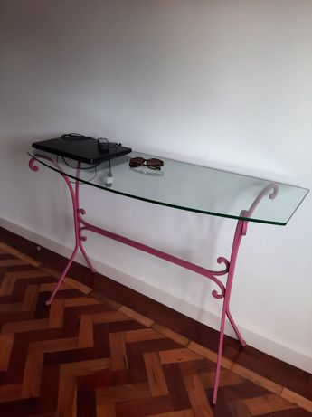 Mesa de centro com base de vidro e um aparador de entrada