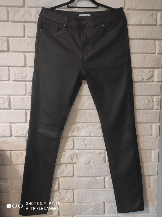 Czarne woskowane spodnie rozm. 44 Zwoleń - image 1