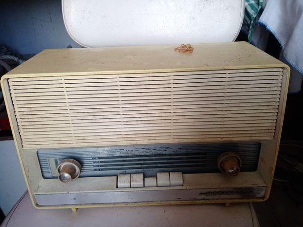 radio super antigo a válvulas