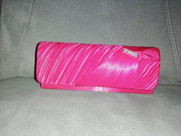 Różowa torebka z łańcuszkiem