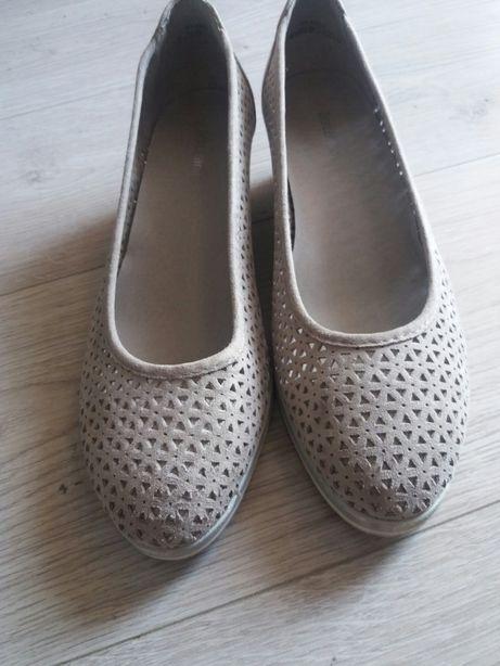 Buty na małym koturnie
