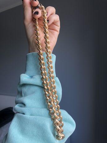 Gruby łańcuch na szyje modny