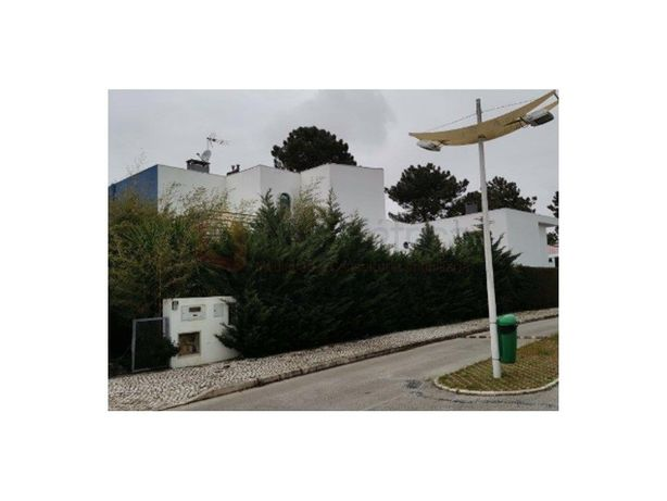 Moradia isolada T4 com piscina. Quinta do Anjo.