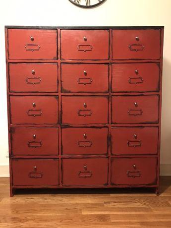 Czerwona komoda w stylu aptekarskim