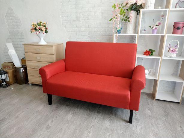 Продам красный диванчик на ножках