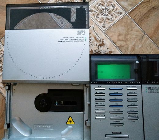 Welltech 20523, super combo: CD, kaseta, radio.Elektro-przesuwne klapy