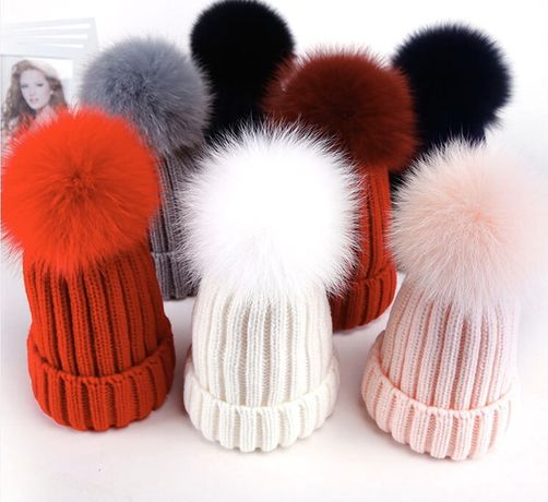 Зимняя шапка на флисе с помпоном из меха лисы