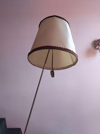 Zabytkowa lampa stojąca